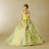 色とりどりのアートフラワーいっぱいのお洒落でキュートなマリエ。モスグリーンやベージュなどスモーキーカラーにレモンイエローのフリルをポイントにしたニュアンスカラーが美しいドレスです。
