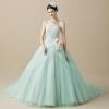 淡いグリーンとピンクのチュールをふわふわと重ねたニュアンスカラーが、程よいリラックス感を与えるドレスです。