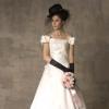 バックの大きなリボンと裾に向けて広がるレースが特徴的なロマンティックなドレス。フレンチスリーブが可愛い印象の1着です。