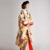 格式高い文様のポイントに鮮やかな花束を描き、上品で伝統的な美しさと現代的な感覚を兼ね備えた一着。全て手作業で織り上げた西陣唐織の逸品です。