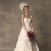 上半身には光沢のあるクリスタルタフタで編み目をつくり、スパンコールを華やかにあしらった個性的な印象のドレス。スカート部分にはアシンメトリーにタッキングした、ワッシャー加工のクリスタルタフタの重なりで、技ありのキュートな花嫁を演出します。