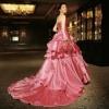 光沢感のあるシルクを贅沢に使った、幸せが溢れ出す可愛らしいカラードレスです。重なり合う色の美しさで、華やかさをより一層演出します。(※写真はイメージです)  こちらのドレスはプラン料金内のドレスと異なるため、ご利用の際には差額をご負担いただきます。プラン内の衣裳も数多く取り揃えております。