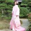 ピンク地のオーガンジーの打掛。白無垢の上に着付けた風合いが優しい、花嫁にふさわしい個性派を演出。花びらをちりばめた柄が、重ね着したコーディネートを提案します。