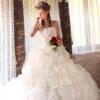 ラッピングされた花束の様なキュートなドレス。 アイボリー調の色合いでアンティークな雰囲気を演出。