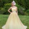 グリッタースカートが輝く華やかなドレス。何層にも重なったチュールスカートが軽やかで優しい印象を演出してくれます。