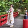 日本料亭錦水へと続く赤橋。白無垢・紋服など和装にぴったりなフォトポイントです。