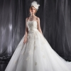 ビジューレースをふんだんにあしらった豪華なドレス。 チュールを重ねエアリーな高級感を演出。 ウエストのクロスがウエストをより細くみせてくれます。