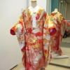 めでたい事の起こる前兆とされる鶴と、金糸を贅沢にあしらった豪華な色打掛です。