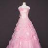 トップスには、オーロラ色のグリッターでチェック柄を表現した素材を使い、スカートにはワッシャー加工のオーガンジーとチュールを使い、同じピンクでも様々な素材をMIXさせて、表情豊かなピンクのキュートなドレスに仕上げました。
