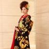 友禅作家の秋山章の作品です。黒の駒塩瀬羽二重に大胆に施された金彩工芸の鳳凰が、とても格調高い色打掛です。  ※こちらの衣裳はプラン料金内の衣裳と異なるため、ご利用の際には差額をご負担いただきます。