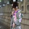 総絞りの生地に大胆にボタンの花を施したモダンな色打掛です。  ※こちらの衣裳はプラン料金内の衣裳と異なるため、ご利用の際には差額をご負担いただきます。