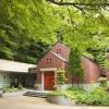 森の教会を思わせる屋外独立型チャペル。 澄んだ空気と鳥のさえずりに包まれる中で。 祭壇にたたずむおふたりを、三角窓からふりそそぐ陽光がやさしく包みます。