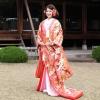 ピンクの色打掛。袖口と襟元が十二単をあしらった「八重ね」は江戸時代の貴族の正装。ワンランク上の式服としてお召しくださいませ。柄は鶴に四季花と、おめでたくあしらっております。