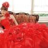 ドレス全体に散りばめたお花が可愛らしく印象的なカラードレス。立体感溢れる華やかなデザイン。