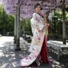白地に鶴・四季折々の花々を細かく織り込んだ色打掛です。吉祥のおめでたさを一層もりあげます。  ※こちらの衣裳はプラン料金内の衣裳と異なるため、ご利用の際には差額をご負担いただきます。