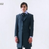 メタリックな光沢感が人気を誇るショートフロックコート。同系色のコーディネートでシックにまとめています。衿ラベルの比翼は上質なクチュール仕立て。主役らしい華やかさと落ち着いた風格を兼ね備えています。