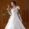 ワンショルダーのデザインに豪華で大胆な刺繍が施されたウェディングドレス。大柄な方にもおすすめのタイプです。