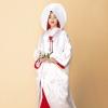 生涯一対で夫婦として連れ添うことから婚礼に大変ふさわしいと好んで選ばれる鶴を全体に配した白無垢。裏地を紅色にすることで全体の印象が華やぎます。正絹ならではの艶やかな光沢の美しい一枚。  (※写真はイメージです) こちらのドレスはプラン料金内のドレスと異なるため、ご利用の際には差額ご負担いただきます。 プラン内の衣裳も数多く取り揃えております。