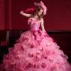 カラフルな小花柄が舞うスカートにふわふわのチュールを重ねたボリューミーなドレス。ふんだんにあしらわれたお花がよりキュートな花嫁様を演出します。