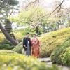 庭園の木漏れ日がお二人の幸せな表情だけでなく、和装や洋装の美しさをさらに演出してくれます。四季折々に変化する樹木たちの下で、艶やかに彩ります。