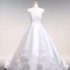 伝統的なミカドサテン。 素材の持ち味をカットレースでダイナミックに表現したドレス。長いトレーンにも、お花のカットレースがいっぱい。
