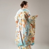 職人が一針一針手作業で仕上げた、平刺繍や相良刺繍が豪華な色打掛。牡丹や桜、熨斗目や鶴といった婚礼にふさわしい柄ゆきで気品溢れる花嫁姿に。