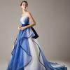 グラデーションに染め上げたオーガンジーを精緻なカットワークで存在感たっぷりに表現したドレス。構築的なスカート。