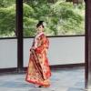 川島織物ならではの鮮やかな朱赤の旬欄豪華な色打掛です。鮮やかな朱赤と金糸で織り成す文様からは、格調と迫力を感じますが、丸みのある菊文様や曲線で描かれる束ね熨斗が、花嫁様を柔らかく上品な印象に映し出します。