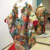西陣を代表する「唐織」で、グリーンを基調に多彩な色糸を使い、古都の女人を優雅に織り上げています。