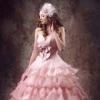 胸元にリボンのあしらいとティアードのスカート。本当にかわいらしいピンクのカラードレス。シルバーに光るグリッターも施され、華やかさも感じられます。