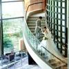 LBFから2Fへ続く螺旋階段。ラウンジの大きなガラス窓から自然光が降り注ぐ、人気のフォトスポット。悪天候の場合、ここでフラワーシャワーを開催致します。