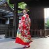 真紅の縮緬に金箔と刺繍を施した豪華な色打掛です。晴れの日の華やかで喜び溢れる花嫁をより艶やかに装います。  ※こちらの衣裳はプラン料金内の衣裳と異なるため、ご利用の際には差額をご負担いただきます。