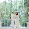 ウェディングドレスの白と聖壇先の緑とのコントラストが非常に映える1ショット。