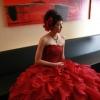 真紅のオーガンジーを幾重にも重ねたボリュームあるスカートが愛らしいカラードレス。