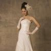 大人の花嫁にふさわしい、流麗なシルエットの印象を与えるドレス。