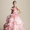 甘く可憐なピンクの色目と、ふんわり広がるバブリングスカートが愛らしいドレス。胸元はフリルを重ね、立体的に仕上げました。