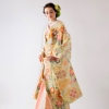 唐の時代にもっとも華麗な様相を見せた正倉院の文様である唐花文を全体に織り込んだ、柔らかい色合いの織物打掛。