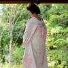 真っ白な生地にピンクの刺繍をあしらった可愛らしい白無垢です。 柔らかい色のお刺繍がより愛らしい花嫁様を演出してくれます。