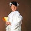 白無垢とは、白い掛下に白い打掛を羽織り、帯や小物に至るまで、すべてを白一色で統一した装いのこと。室町時代ごろに始まった、最も古い婚礼衣装、日本の伝統和装です。花かごは、凛とした花嫁がより可愛らしく装っていただけます。