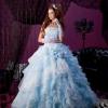 優しい色合いでスカートのふんだんのフリルが軽やかな華やかさを演出してくれます。