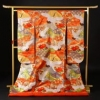 朱赤地に観世水。扇と鶴が大胆に描かれ、その中に花や梅、紅葉といった優しい刺繍が特徴的。写真栄えはもちろん、ひときわ存在感のある一着。
