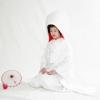 真っ白な織に、繊細・上品な吉祥文様の柄が施された白無垢。凛とした角かくし、清楚な綿帽子を合わせ、気品に満ちた日本の伝統的花嫁を演出。