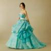 透き通るようなブルーグリーンに光沢感を加えた素材を活かし、スカートは丸みのある女性らしく華やかなシルエットに仕上げました。ビッグリボンがフォトジェニックなポイントのドレス。