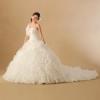 花嫁様を包み込むような、大輪の花が咲き誇るボリューム感たっぷりの豪華なデザイン。腰周りはボディにフィットさせ、スカートはふんだんにボリュームを出すことでメリハリある美しいシルエットを作り出すドレス。  ※こちらの衣裳はプラン料金内の衣裳と異なるため、ご利用の際には差額をご負担いただきます。プラン内の衣裳も数多く取り揃えております。