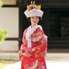 金糸で織り込まれた京都御所の庭園を思わせる風景文様と、伝統的な吉祥文様を大切に、色鮮やかな四季折々の花を五彩に託しました。美しい小付けの柄に調和のとれた色彩で魅せる上品で可愛らしい色打掛です。  ※こちらの衣裳はプラン料金内の衣裳と異なるため、ご利用の際には差額をご負担いただきます。