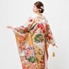 上品で艶やかなクリーム地の手刺繍打掛。低箔の織物生地に江戸慶長時代を代表される裂取文様。四角形をつなぎ、様々な花文様や吉祥文様を厚みにある相良刺繍でひとつひとつ丹念に手刺繍されています。品格高く古典のおもむき感じさせる伝統美あふれる打掛。  (※写真はイメージです) こちらのドレスはプラン料金内のドレスと異なるため、ご利用の際には差額ご負担いただきます。 プラン内の衣裳も数多く取り揃えております。