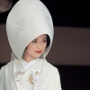 お二人の幸せを祝うかのように美しい鶴が舞う、格調高い上品な白無垢です。 縫取りの技法を用い、金糸で砂子文様を表現し、その上に伸びやかに鶴を羽ばたかせました。日本ならではの技術を駆使し、丹後で織り上げた逸品です。
