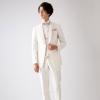 タイトなシルエットを描くショート丈のジャケットが印象的なタキシード。オフホワイトにシルバーストライプのベストでスタイリッシュに着こなして。