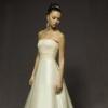 洗練された花嫁姿を印象づける美しいシルエットのドレス。トップスをゴージャスにつつむビーディングの輝きは、顔まわりが華やかなだけではなく、動く度にきらめき、気品漂う花嫁へと導きます。ハイウエストの切替は足長効果も絶大。