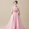 ピンクのブーケをイメージした柔らかな雰囲気の上品なドレスです。 素材は思わず触れてみたくなるような光沢のある軽やかなカクテルサテンとブーケを連想するような華やかなプリントオーガンを組み合わせています。